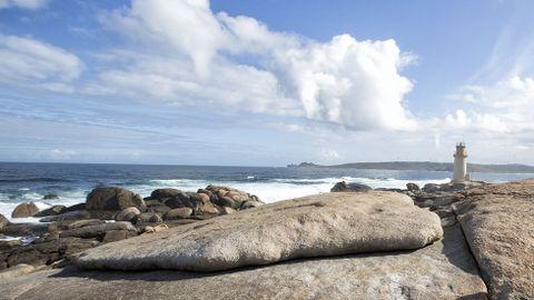 Santuario de A Barca (Muxía). Pedra de Abalar y faro de Muxía al fondo.