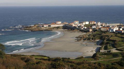 Caión con su playa. Es la perla costera de A Laracha. Su playa y su paseo son un remanso.