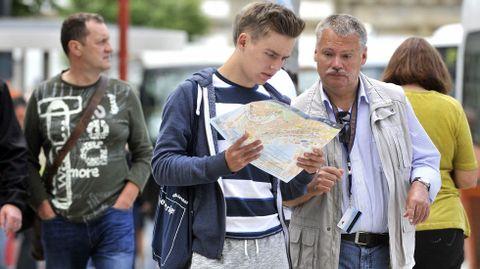 Dos cruceristas alemanes consultan un mapa de Ferrol