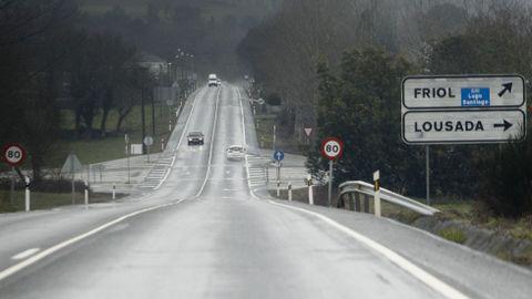 Pegatina para ir a friol. N-547/N-540 en A Veiga. En la recta en Guntín sí se colocó una pegatina sobre el letrero de Friol para señalar el desvío a la autovía.