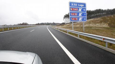 Poca información. Despista. De lo pocos paneles, este confunde. Marca los km. de las salidas hacia Lugo. Uno piensa que son los km. que faltan.