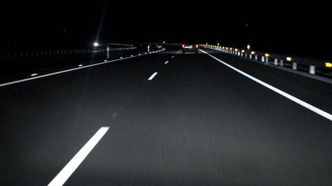 Por la noche es un túnel. La falta de puntos de luz al atravesar zonas sin poblar y la ausencia de farolas en intersecciones, hacen que sea una autovía fanstama