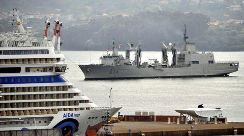 Vista del buque entrando en la ría de Ferrol