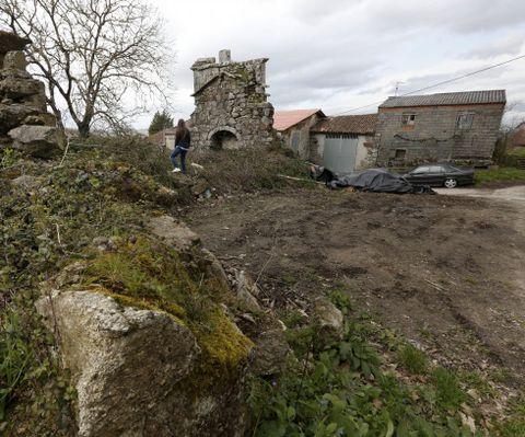 O terreo situado xunto ao templo foi aplanado cunha pa escavadora