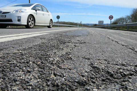 Hay grandes áreas de asfalto cuarteado en buena parte del tramo.