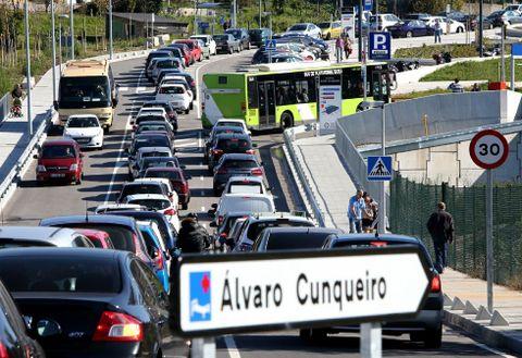 Uno de los carriles de acceso al hospital está todos los días bloqueado por coches.