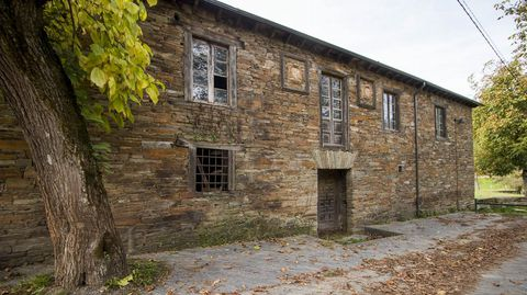 La casa rectoral situada junto a la iglesia de Santa María fue hasta el siglo XIX un priorato del monasterio de Samos