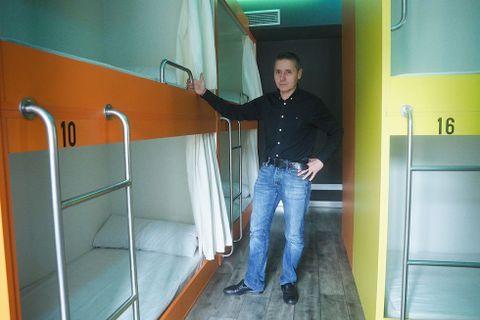 Constantino Gómez está con los últimos detalles del albergue.
