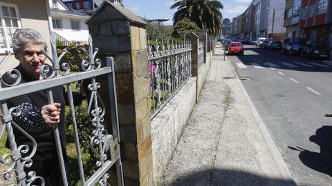 Calle Xaquín Bruquetas Deficiencias en las aceras de Ferrol. La asociación de vecinos reclama al gobierno de la urbe naval que se haga cargo de su tramo.
