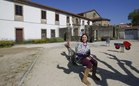 Ana Barreiro ante la escuela de la Colegiata de Sar, que pretende reabrir como centro Montessori.