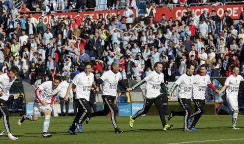 Eduardo Berizzo celebró con sus colaboradores y la plantilla el éxito de devolver al Celta a Europa diez años después.  El Toto considera que su equipo se merece acabar en el quinto lugar.