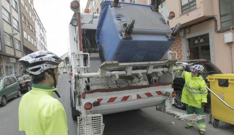 Imagen de archivo del servicio de la recogida de basura, en este caso cartones, en Ferrol.