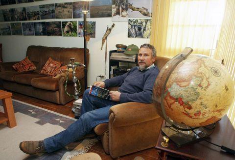 Foni Díaz garda gran parte dos recordos das súas viaxes no seu piso da Illa de Arousa.