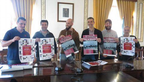 Directivos de la A.D. Veteranos Ribadeo FC; el alcalde, el edil de Deportes y el presidente de Acisa