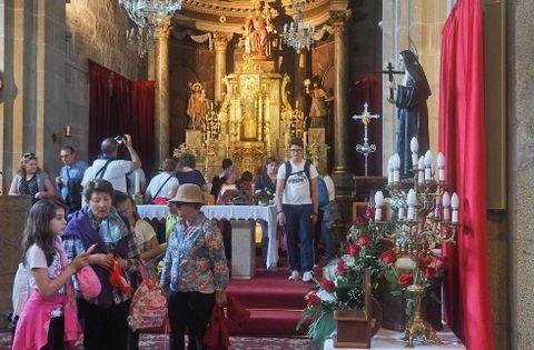 Un grupo de turistas se acercó ayer a la iglesia parroquial de Padrón para visitar el Pedrón.