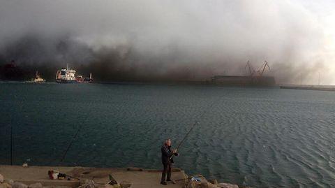 Nube de carbón en El Musel.Nube de carbón en El Musel
