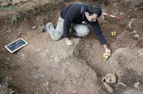 Quiroga (2008). Recuperados los cadáveres de seis agricultores de Valdeorras que se habían ocultado en la aldea de Cereixido para escapar de la represión y acabaron asesinados por falangistas.