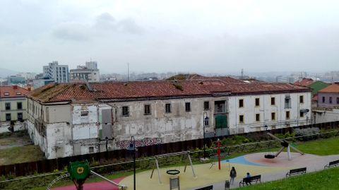 El edificio de Tabacalera, visto desde el cerro de Santa Catalina, con Gijón al fondo