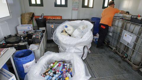 Planta de recinor (Ferrol) Aerosoles. Estas instalaciones recogen una media mensual de 3,75 kilos de aerosoles. Se trata de una cantidad muy pequeña y es debido a que la mayoría de la gente tira estos envases en la bolsa de la basura orgánica, práctica que no resulta recomendable.