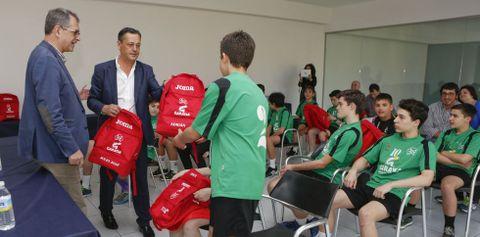 Los jugadores recibieron una mochila de manos de Pablo Echegaray, gerente de Garaysa.