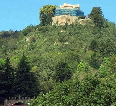 El castillo de Sobroso, en Mondariz, está rodeado de andamios.