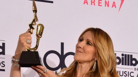 Celine Dion con su galardón.