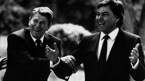 6 de mayo de 1985. Ronald Reagan y Felipe González bromean con los fotógrafos en los jardines de la Moncloa
