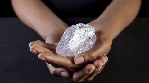 El  histórico diamante Lesedi la Rona, de 1.109 quilates, que será subastado en Sobethy's en Londres, Reino Unido, el próximo 29 de junio. El diamante fue descubierto en noviembre de 2015 en Botsuana y podría llegar a venderse por 70 millones de dólares.