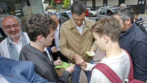 Acto del candidato del PSOE Pedro Sanchez en Pontevedra. Comprando rifas para la excursión de fín de curso.