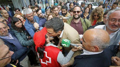 Acto del candidato del PSOE Pedro Sanchez en Pontevedra. Tuvo tiempo hasta de comprar un boleto para el sorteo de la Cruz Roja