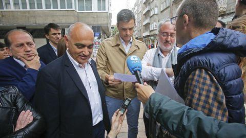 Acto del candidato del PSOE Pedro Sanchez en Pontevedra. Un trabajador de Elnosa le entrega un escrito.