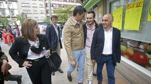 Acto del candidato del PSOE Pedro Sanchez en Pontevedra. Reencuentro con un antiguo alumno al que le dió clases en Madrid.