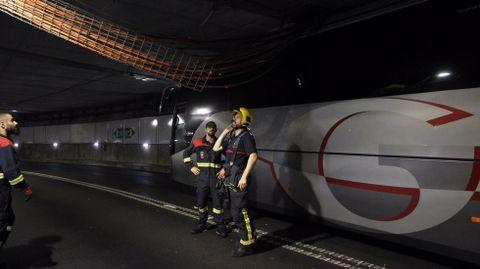 Bus atascado en el túnel de la Marina