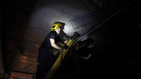 Autobús atascado en túnel de María Pita