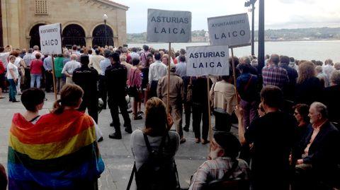 Varios manifestantes, entre ellos dos jóvenes envueltas en una bandera LGTBIQ, en el Campo Valdés