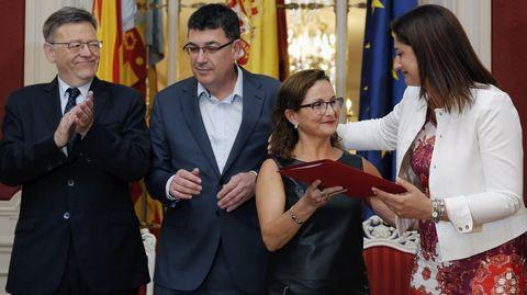 La presidenta de la Asiciación Victimas del Metro 3 de Julio, Rosa Garrote, recibe el dictamen de la comisión parlamentaria de investigación sobre el accidente que costó la vida a 43 personas
