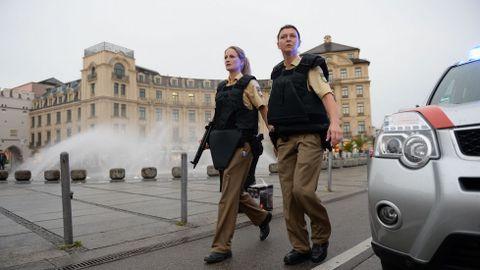 Policías en la plaza Stachus tras el tiroteo en el centro comercial