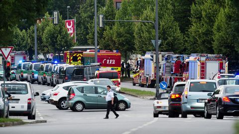 Efectivos de la policía y los bomberos cerca del lugar del tiroteo