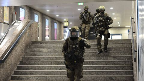Policía dentro de una estación de metro Karlsplatz (Stachus), cerca del centro comercial tras el tiroteo