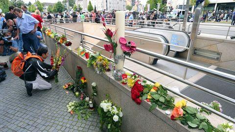 Flores en homenaje a las víctimas en la entrada al centro comercial Olympia, escenario del tiroteo en Munich