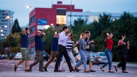 Evacuados saliendo del centro comercial con las manos en alto