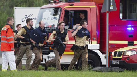 Agentes de la policía corren hacia el centro comercial donde se produjo el tiroteo en Múnich