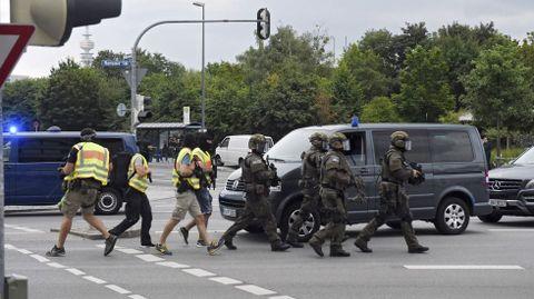 Miembros de las fuerzas especiales de la policía se dirigen hacia el centro comercial