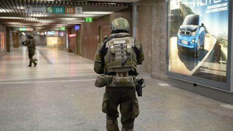 Policías de las fuerzas especiales aseguran la estación de metro de Karlsplatz (Stachus) tras el tiroteo