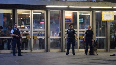 Policías aseguran el acceso a la Estación Central tras el tiroteo registrado en el centro comercial en Múnich