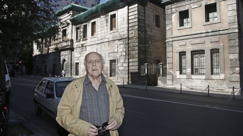 Manuel Peña-Rey, delante de la antigua prisión de Ourense