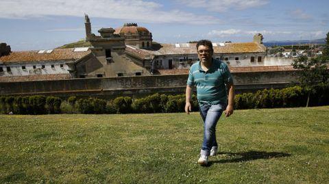 Ernesto López, con la cárcel de A Coruña a sus espaldas