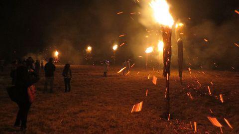 En esta ocasión, fueron colocadas y encendidas algo más de treinta fachas en el perímetro superior del castro de Castelo