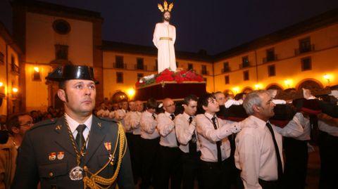 Un guardia civil de uniforme en una procesión en Oviedo