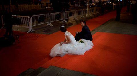Una pareja de recién casados que se coló en la alfombra roja para hacerse las fotos de boda